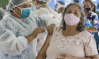 CAUCAIA, CE, BRASIL, 20.03.2021: Vacinação na caucaia imuniza idosos apartir de 72 anos. Drive-tru na Praça da Igreja Matriz (Foto: Thais Mesquita/OPOVO)