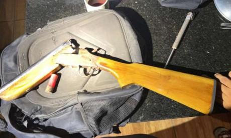 A PCCE  também localizou a arma utilizada no crime, uma espingarda calibre 12, além de estojos de munição e um silenciador.