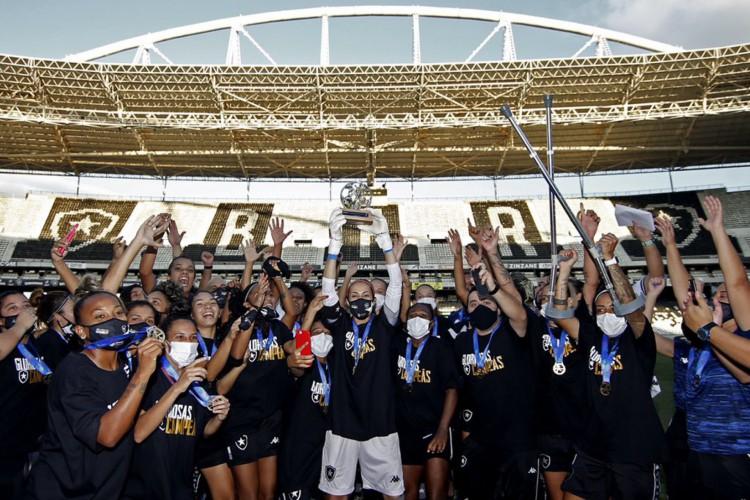 Botafogo levantou a taça de campeão Carioca Feminino 2021 (Foto: Vitor Silva/Divulgação/Botafogo)
