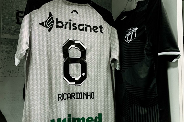 Fernando Sobral usará a camisa 8 com o nome do Ricardinho no Clássico-Rei (Foto: Fausto Portela / CSC)