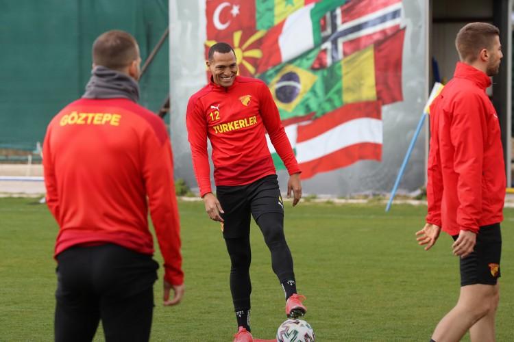 Zagueiro Titi com a bola em treino do Göztepe Spor Kulübü, da Turquia (Foto: Divulgação/Göztepe Spor Kulübü)