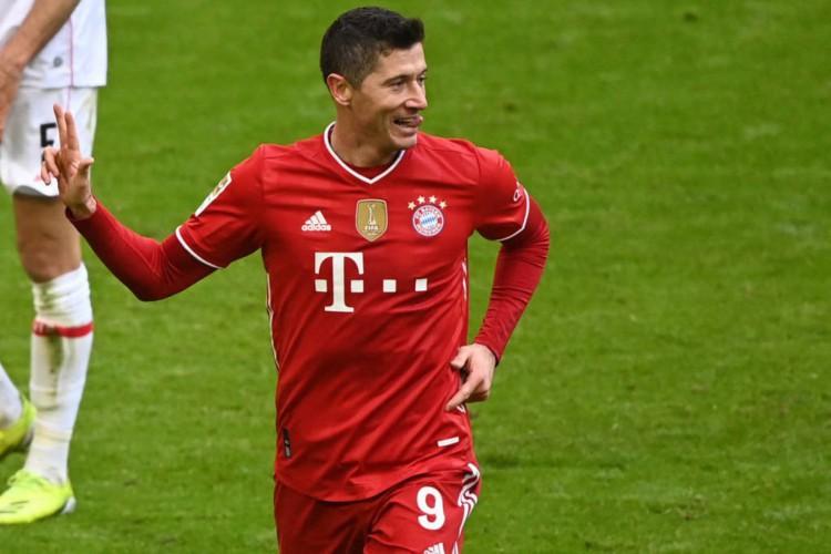 Lewandowski faz três e Gnabry contribui com mais um na vitória do Bayern por 4 a 0 contra o Stuttgart  (Foto: Matthias Balk / Pool / AFP)