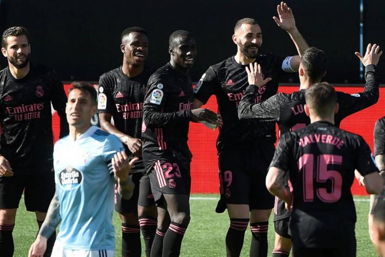 Benzema decidiu o jogo para o Real e marcou duas vezes contra o Celta de Viga, além de dar uma assistência nos minutos finais para Asensio (Foto: Miguel Riopa / AFP)
