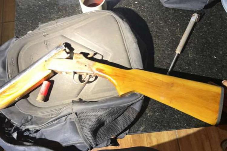 A PCCE  também localizou a arma utilizada no crime, uma espingarda calibre 12, além de estojos de munição e um silenciador. (Foto: Divulgação/SSPDS)