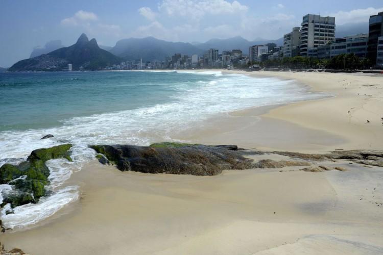 Arpoador e praia de Ipanema, na zona sul da cidade. Rio fica com as praias vazias neste sábado(20), após decreto com restrições para evitar o avanço da Covid-19. (Foto: Tânia Rêgo/Agência Brasil)