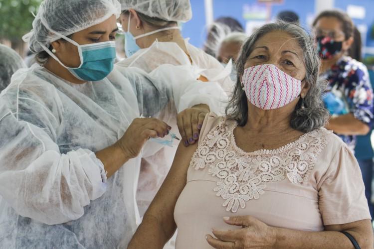 Grupos prioritários continuam sendo vacinados paralelamente em Caucaia  (Foto: Thais Mesquita/ O POVO)