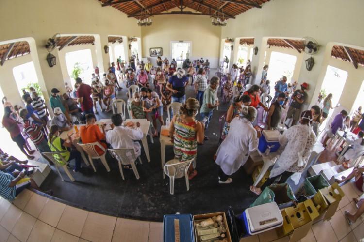 Vacinação em Caucaia de idosos a partir de 72 anos (Foto: Thais Mesquita)
