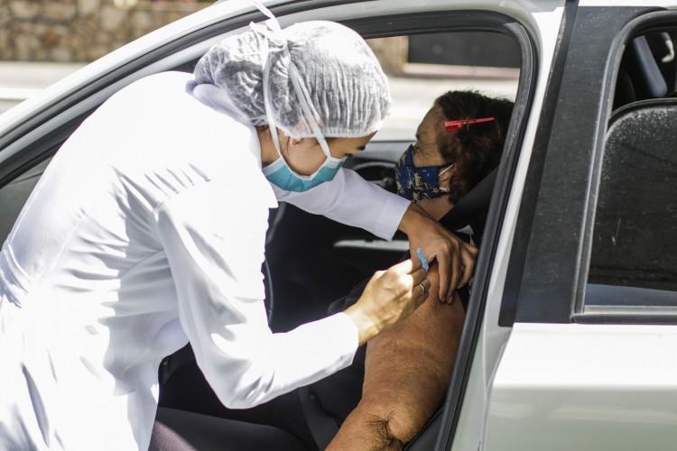 Vacinação de idosos em Fortaleza segue neste sábado, 3 de abril (03/04); lista de agendamento já está disponível para consulta (Foto: Thais Mesquita)