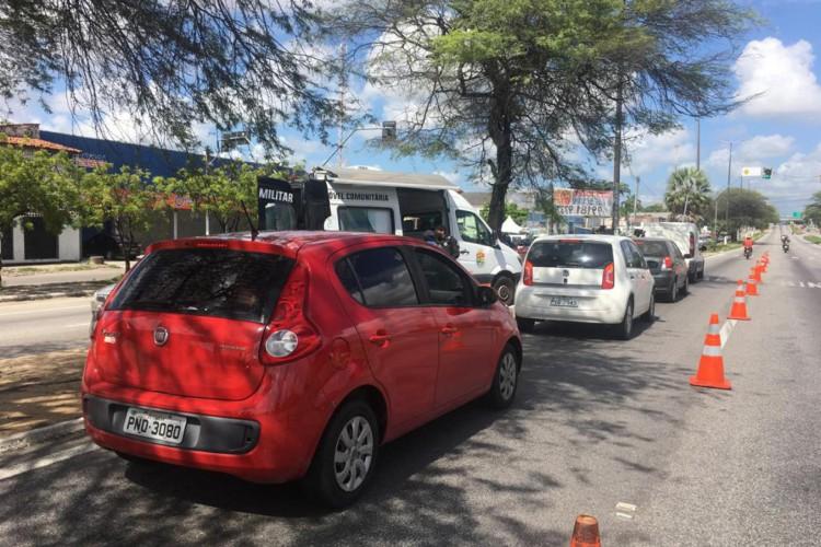 Barreiras sanitárias entre Fortaleza e Caucaia, sábado, 20 (Foto: Thaís Mesquita)