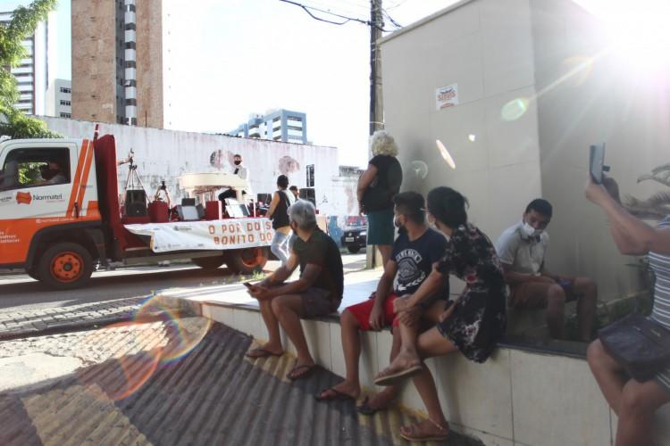 Familiares observam músico enquanto esperam liberação do corpo de um parente. Projeto Pôr do Sol de Fortaleza faz homenagem aos profissionais de saúde com o pianista Felipe Adjafre. Hospital Leonardo da Vinci (Foto: FABIO LIMA)