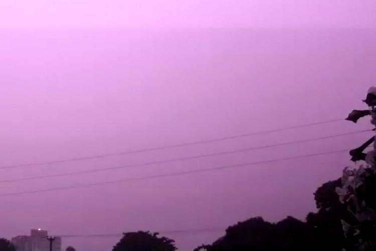 Relâmpago ilumina céu de Fortaleza na madrugada deste domingo, 21. (Foto: Reprodução/WhatsApp O POVO)