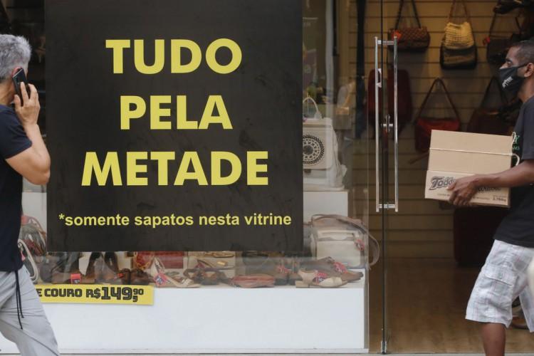 Movimento do comércio de rua durante a flexibilização do isolameto social no Rio de Janeiro (Foto: Fernando Frazão/Agência Brasil)