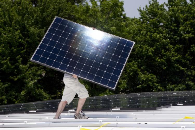 Aumenta a geração de energia pelo consumidor por meio de placas fotovoltaicas (Foto: Getty Images)