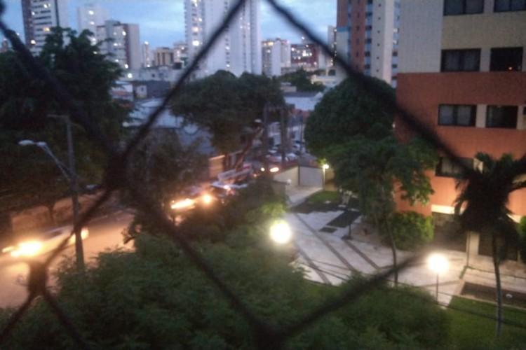 Faltou luz tanto nas residências como nos postes de iluminação pública. (Foto: Via WhatsApp O POVO)