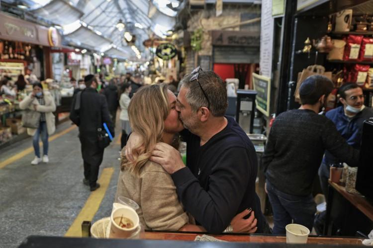 Mercado Mahane Yehuda de Jerusalém, em 18 de março de 2021. Israel deu muitos passos em direção à normalidade pós-pandemia, abrindo restaurantes, bares e cafés para portadores de