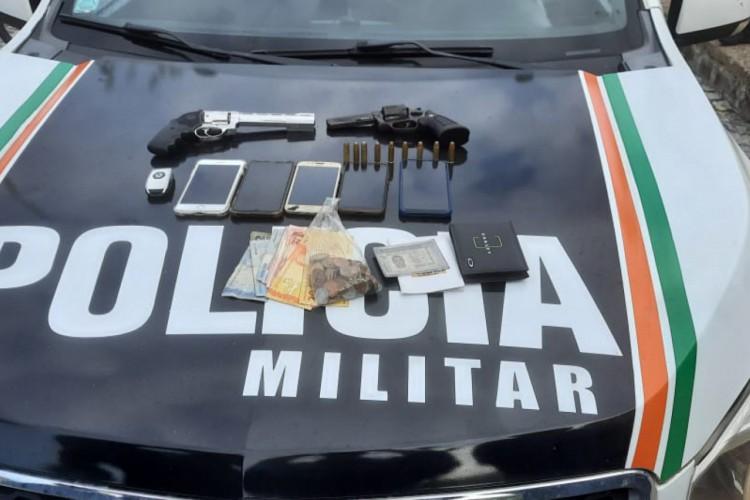 Três homens foram presos após assalto a posto de combustível e, com os suspeitos, foram apreendidos três revólveres (Foto: Foto: Polícia Militar)
