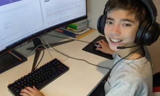 O garoto, de apenas 12 anos, criou um site para ajudar os mais velhos a agendarem a vacinação contra a Covid.