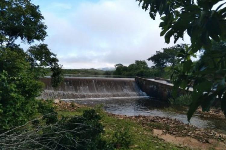 O açude São Vicente, em Santana do Acaraú, sangrou na última segunda-feira, 22 de março. É o quarto reservatório a sangrar em 2021. (Foto: Reprodução/Cogerh)