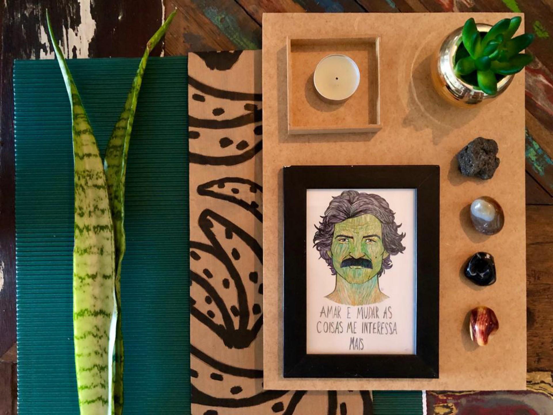 Objetos que traduzem nossa essência pela casa promovem sensação de bem-estar. No registro cedido pela arquiteta Liana Feingold: plantas, quadrinho, velas, pedras e cristais