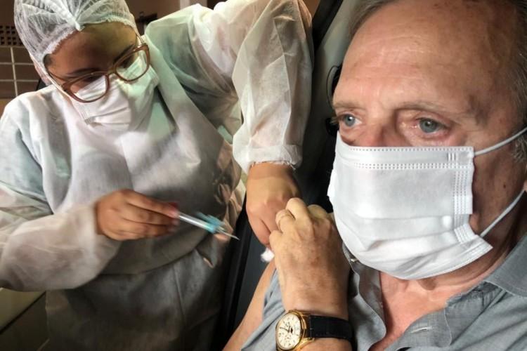 Senador Tasso Jereissati (PSDB) é vacinado contra Covid-19 (Foto: Divulgação/Facebook)