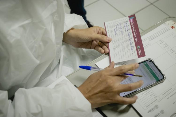 Esquema de vacinação segue neste fim de semana com mais de 50 pontos de aplicação de doses entre postos de saúde, policlínicas e drives (Foto: Aurelio Alves/O Povo)