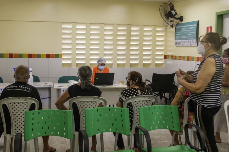 Em Fortaleza, a vacinação tem avançado nas faixas etárias progressivamente (Foto: Thais Mesquita)