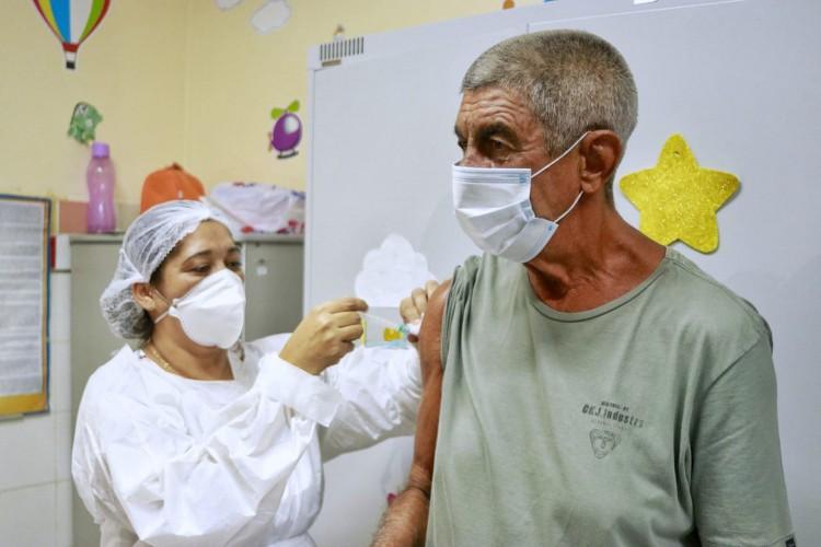 Fagner foi vacinado contra Covid-19 no Posto de Saúde Dr. Edmar Fujita, no bairro Dias Macêdo, em Fortaleza (Foto: Aurélio Alves)