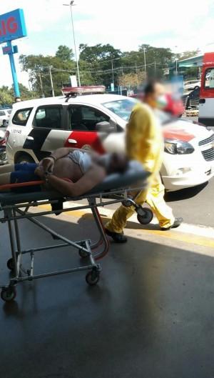 Homem foi levado de volta ao hospital de ambulância (Foto: Facebook/Nova TV Catanduva)