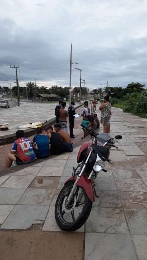 Grupo de 30 pessoas foi flagrado sem máscara e aglomerado na praia da Leste Oeste (Foto: Foto: Polícia Militar )