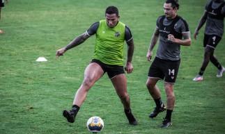 Atacante Jael e meia Vina disputam bola em treino do Ceará no estádio Carlos de Alencar Pinto, em Porangabuçu