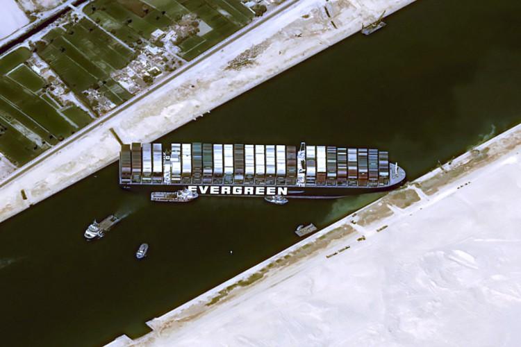 Navio de contêiner MV 'Ever Give (Evergreen) de 400 metros (1.300 pés) de comprimento e 59 metros de largura alojado lateralmente e impedindo todo o tráfego através da hidrovia do Canal de Suez do Egito. (Foto: AFP)