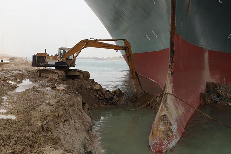 o MV Ever Give (Evergreen), de propriedade de Taiwan, um navio de 400 metros (1.300 pés) de comprimento e 59 metros de largura, alojado de lado e impedindo todos tráfego através da via navegável do Canal de Suez (Foto:  Suez CANAL / AFP)