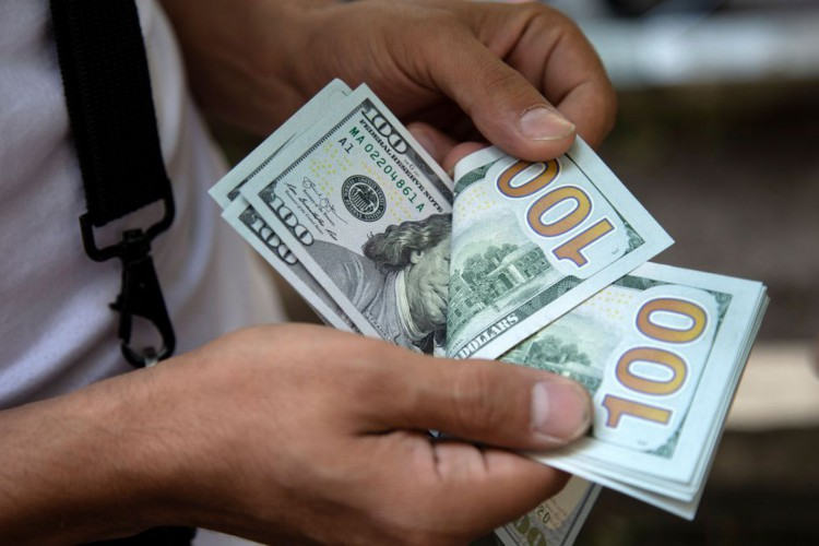 Dólar fecha a R$ 5,74 e tem maior alta semanal em nove meses (Foto: )