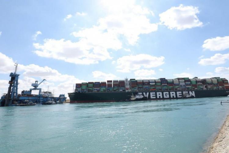 Porta-contêineres gigante continua encalhado no Canal de Suez  (Foto: )