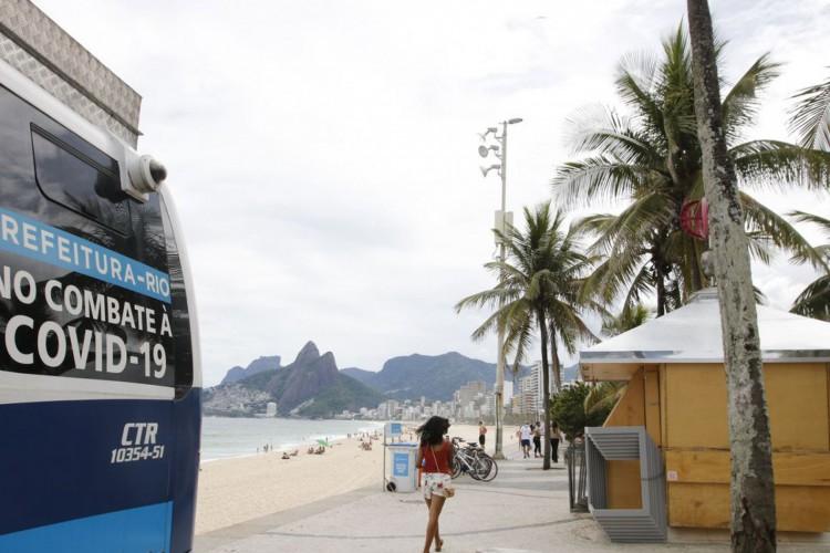 Quiosques das praias do Rio estão  fechados em cumprimento ao decreto municipal. As novas restrições impostas pelo prefeito do Rio, Eduardo Paes, para tentar combater o avanço da Covid-19, entraram em vigor nesta sexta-feira(5), e vão se estender até a próxima quinta-feira(11), em um período inicial de teste. (Foto: Tânia Rêgo)