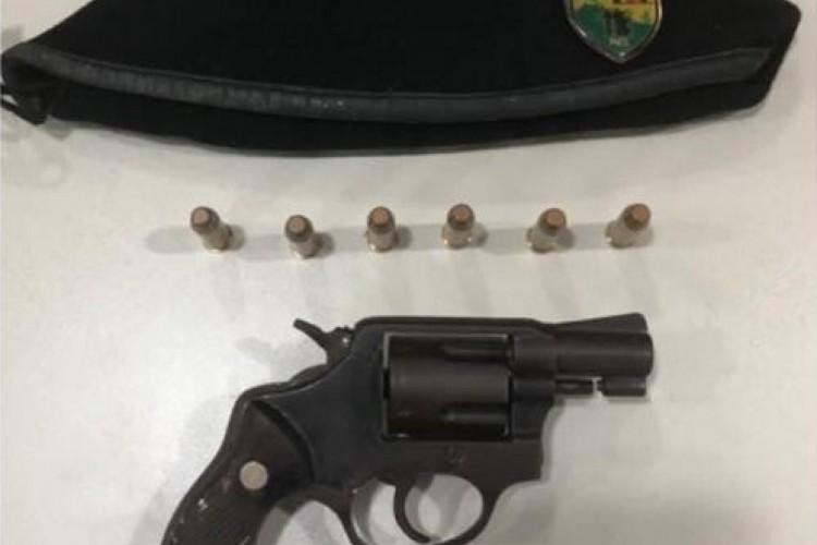 Revolver calibre 38 e munições foram apreendidos com suspeito foragido do Espírito Santo (Foto: Foto: Polícia Militar do Ceará)