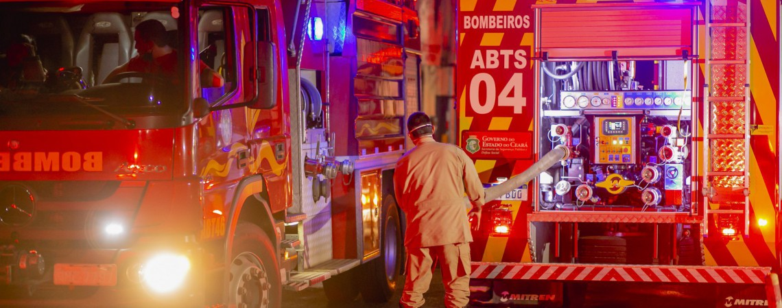 FORTALEZA, CE, BRASIL, 27.03.2021: Incêndio na Loja LOBOTEX  loja de tecidos no bairro Antônio Bezerra, muitos carros de bombeiros para apagar as chamas. (Foto: Aurelio Alves/ O POVO/)