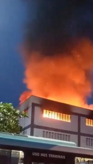 Incêndio em prédio no bairro Antônio Bezerra (Foto: Reprodução WhatsApp)