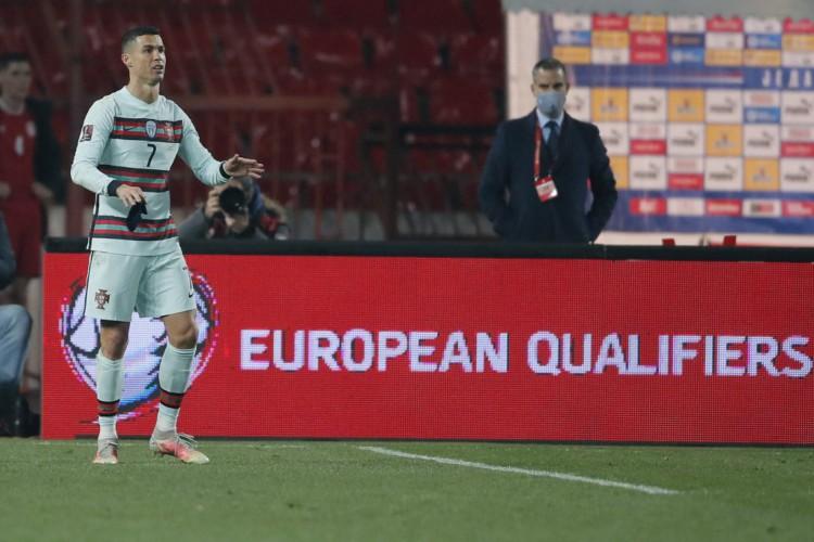 Cristiano Ronaldo marcou gol que seria da vitória de Portugal sobre a Sérvia, mas, erroneamente, não foi validado pela arbitragem (Foto: Pedja Milosavljevic / AFP)