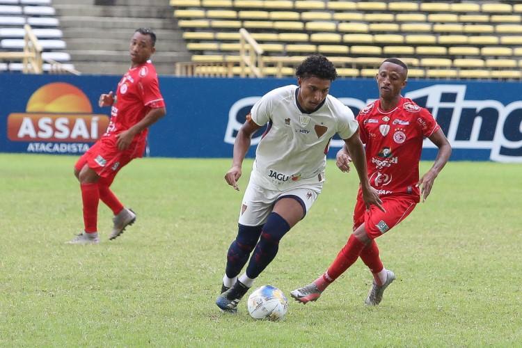 Éderson carrega a bola. Lance durante a partida entre 4 de Julho e Fortaleza, válida pela Copa do Nordeste no Estádio Albertão em Teresina (PI), neste sábado (27/3/2021) (Foto: BENONIAS CARDOSO/AE)