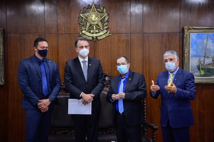 Eduardo Girão, Jorge Kajuru e Styvenson Valentim entregaram o pedido ao presidente do Senado, Rodrigo Pacheco (Foto: Divulgação)
