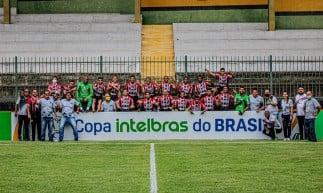 Jogadores e comissão técnica do Ferroviário comemoram classificação para a segunda fase da Copa do Brasil no estádio Los Larios, em Duque de Caxias