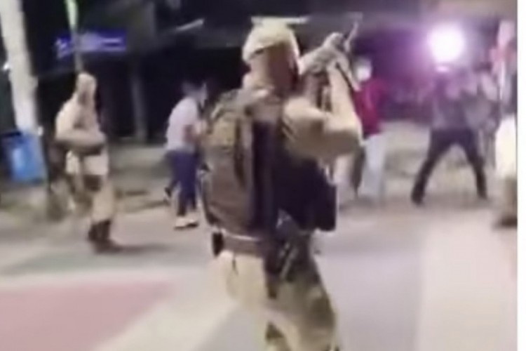 PM disparou tiros de fuzil para cima para dispersar profissionais da imprensa (Foto: Reprodução/Instagram)