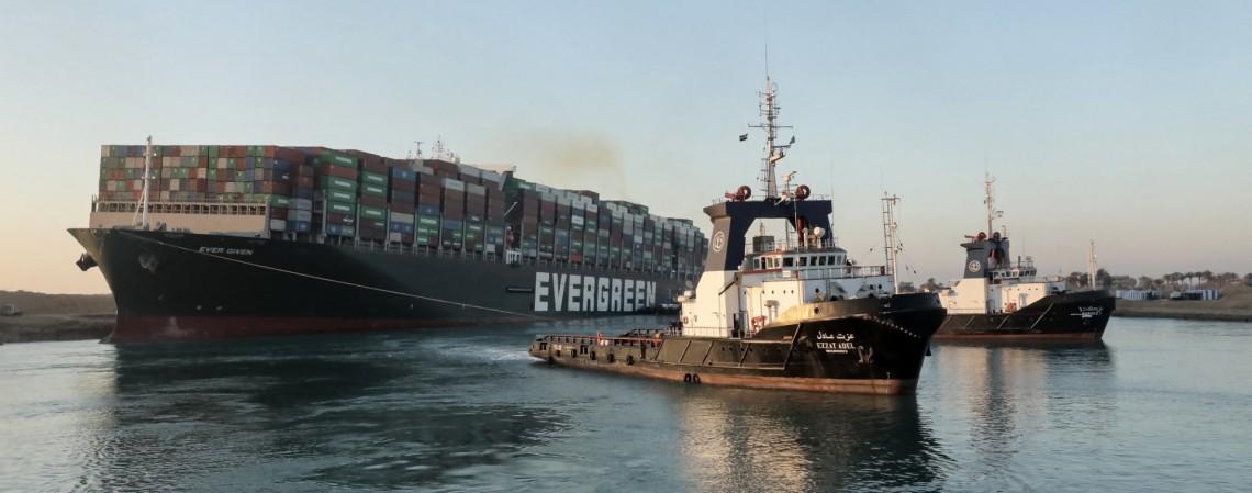 O desencalhe do navio foi comemorado com buzinaços dos barcos ao redor, enquanto o navio começava a subir lentamente na direção norte do canal  (Foto: SUEZ CANAL AUTHORITY / AFP)