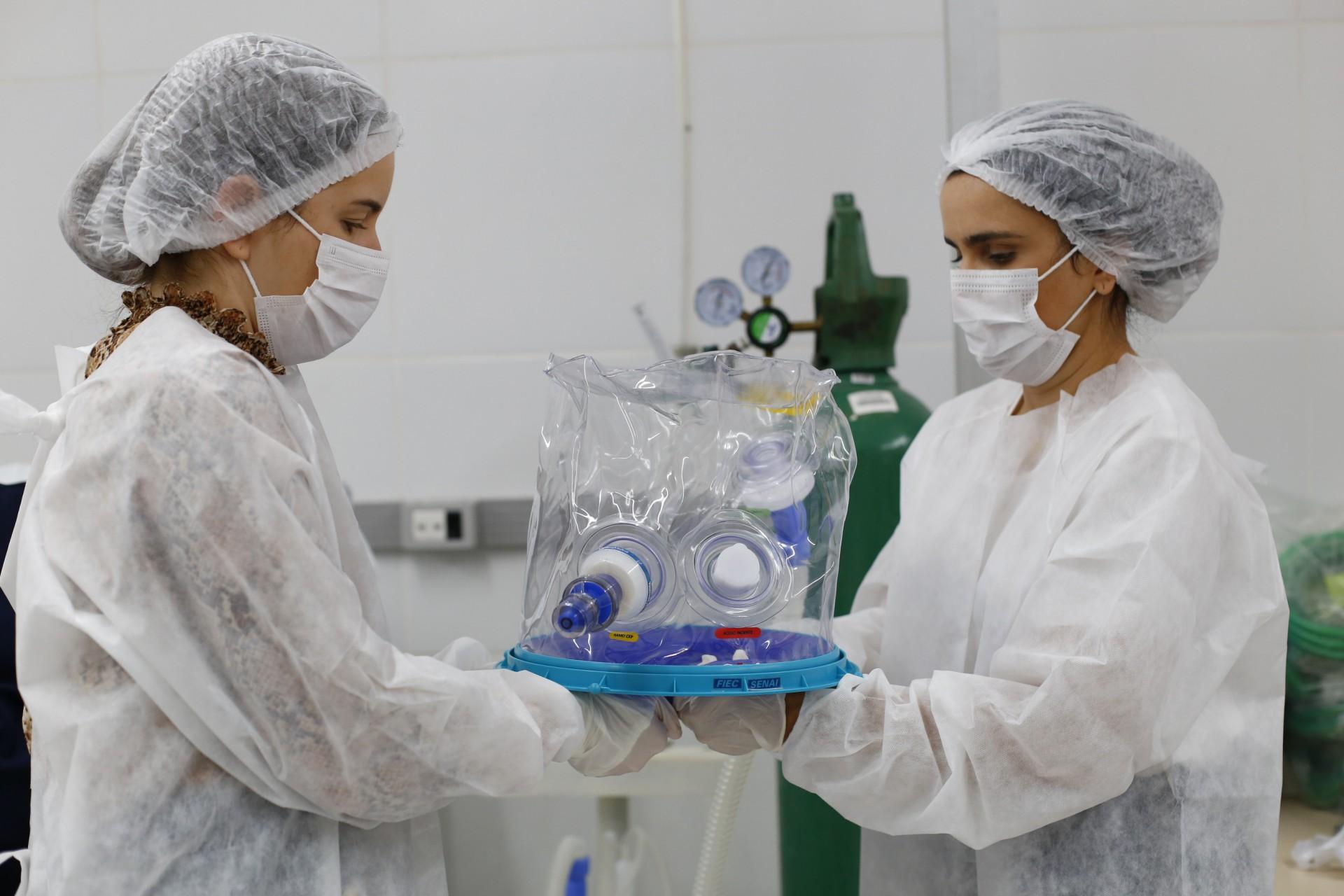 Elmo é o capacete criado no Ceará para tratamento da Covid-19 (Foto: TATIANA FORTES / GOV DO CEARA)