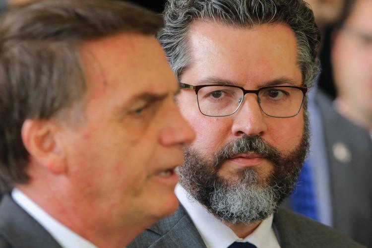 (ARQUIVOS) Nesta foto de arquivo tirada em 14 de novembro de 2018 o Presidente eleito do Brasil Jair Bolsonaro (L) e seu recém-nomeado Ministro das Relações Exteriores, o diplomata brasileiro Ernesto Araujo, estão retratados na sede do governo de transição em Brasília. - O chanceler brasileiro Ernesto Araujo apresentou sua renúncia em 29 de março de 2021, informou uma fonte do governo de Jair Bolsonaro. Ele renunciou em meio a uma onda de críticas às dificuldades do país em obter vacinas contra COVID-19 e insumos para o combate ao novo coronavírus atribuído a suas brigas com a China, segundo reportagens. (Foto de Sergio LIMA / AFP) (Foto: Sergio LIMA / AFP)