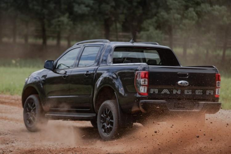 Maçanetas, retrovisores, rack de teto, estribo e grade lateral em preto fosco reforçam a esportividade da Ford Ranger Black (Foto: Orlando Vilani, Andressa (A C.))