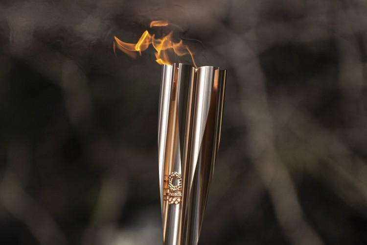 Revezamento da tocha olímpica ocorre sob rígido protocolo sanitário, em razão da Covid-19 (Foto: CHARLY TRIBALLEAU / AFP)