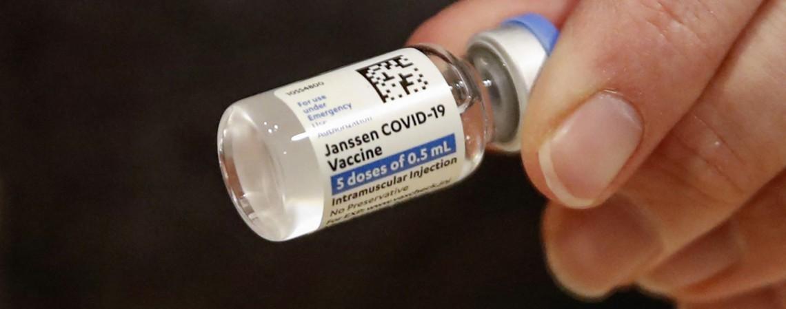 O imunizante exige apenas uma aplicação  (Foto: KAMIL KRZACZYNSKI / AFP)