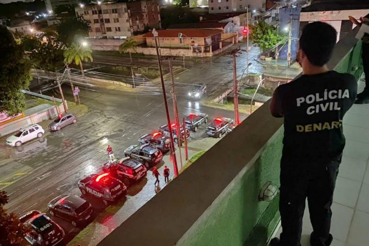 A ação policial que foi deflagrada simultaneamente nos 20 municípios para prender suspeitos de tráfico de drogas (Foto: Divulgação/SSPDS)